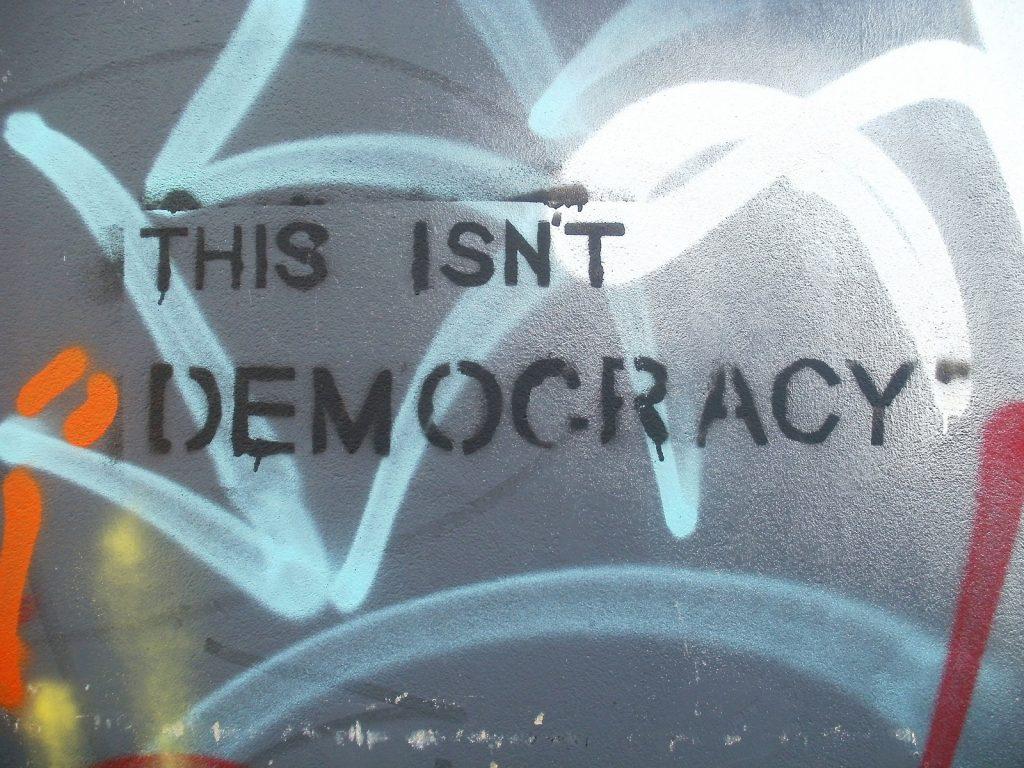 Pile : démocratie. Face : névrocratie
